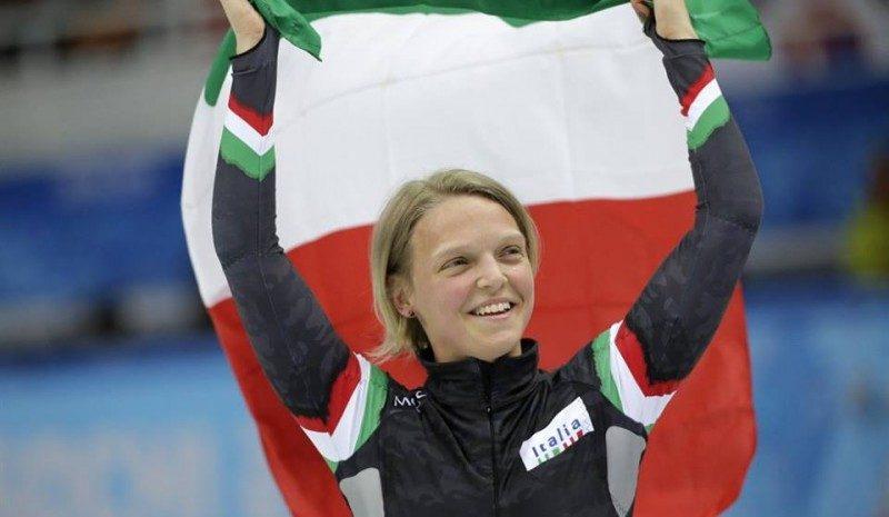 Arianna Fontana sul gradino più alto del podio nello short track